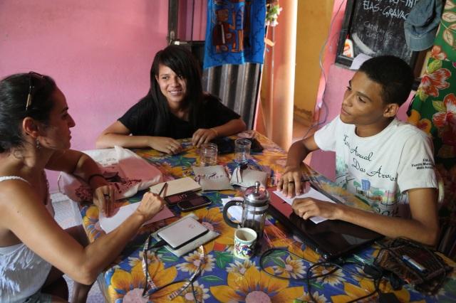 Coordenadores da biblioteca comunitária 'Folhas da Vida' Carol e Rafael idealizam a 'Aldeia Criativa de Leitura Infantil' que vai ter um destaque no festival 'Sou Glocal'.