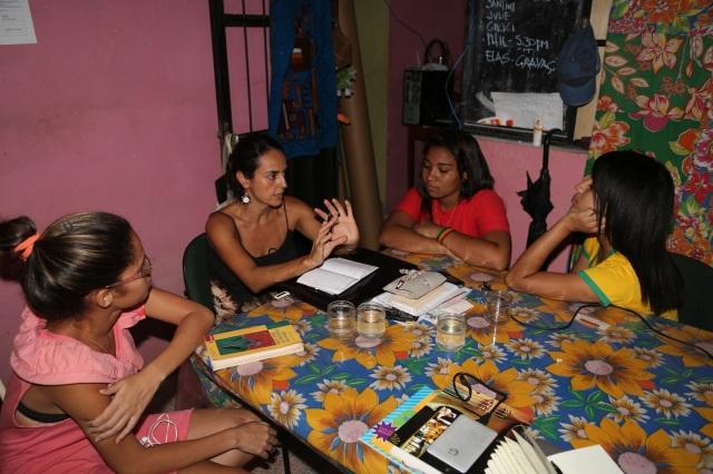 Elisa, Carol e Camylla idealizam a participação de 'Roupas ao Vento'  contra a violência contra mulheres, para o festival.