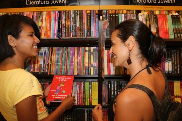 Carol Souza e Mano Souza aproveitam da visita à Belém para comprar livros para a biblioteca 'Folhas da vida'.