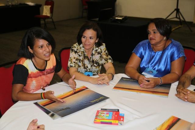 Carol Souza (14 anos do Judith Gomes Leitão), co-coordenadora dos projetos Folhas da Vida (biblioteca), Cine Coruja e Roupas ao Vento (contra a violência de genêero) apresenta a Universidade Comunitária dos Rios de Cabelo Seco.