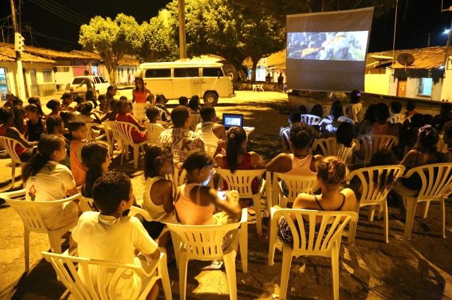 Cine Coruja e biblioteca Folhas da Vida promoveram leitura crîtica do mundo através de cinema independente e vídeos comunitários para 90 crianças e adolescentes no Dia Mundial da Criança.
