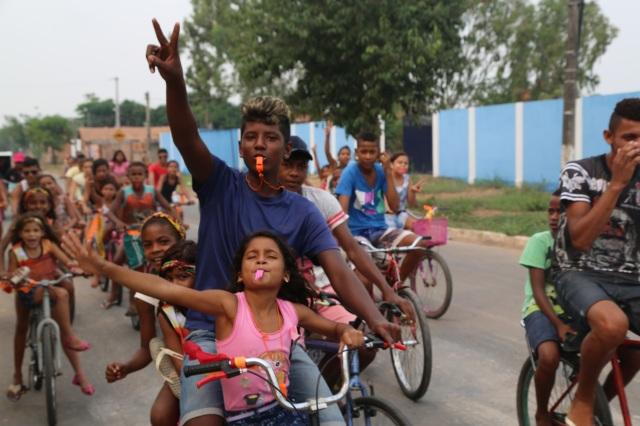 Irmões e amigos dividem bicicletas numa grande afirmação de cooperaçāo e solidariedade na prática!