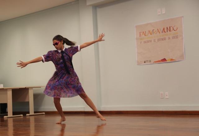 Camylla Alves dança 'Raízes e Antenas II' na UDESC, Laguna, SC.