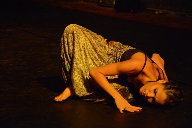 Camylla dança 'Raízes e Antenas II' em Belém, 2014, exemplo de alfabetização cultural e emocional.