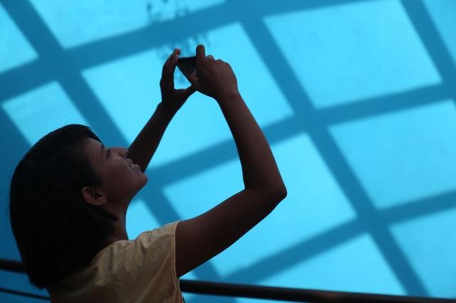 Carol Souza (14 anos), co-coordenadora da bilioteca Folhas da Vida e do grupo de percussionistas contra violência contra mulheres e meninas, Roupas ao Vento, experimenta com celular para narrar sua experiência na premiação do Itaú-Unicef em Belém.