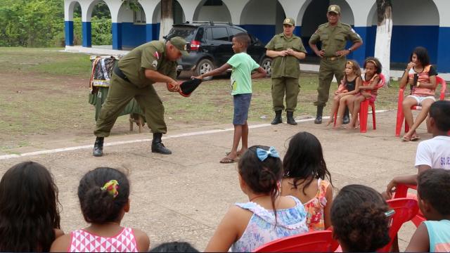 O mágico brinca com crianças e jovens de Cabelo Seco no quartel, criando laços humanos de respeito pelos direitos humanos.