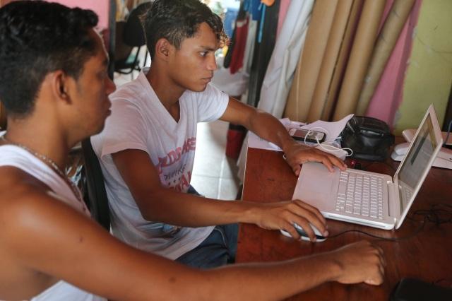 Rerivaldo Mendes (19 anos) de Rabetas Vídeos capacita Antônio Soares nas técnias de edição e criação de vídeo.