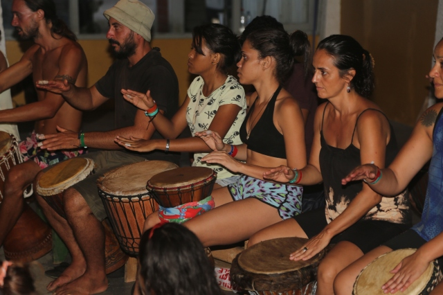 Évany, Camylla e Manoela participarem em duas oficinas de percussão afro por dia, nível iniciante, durante a semana do acampamento. Assim, integraram dança e música, antecipando colaborações entre seus micro-projetos, na volta.
