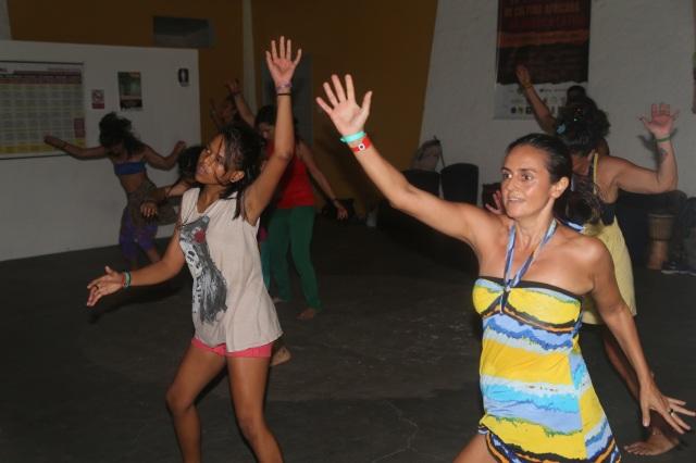 Évany e Manoela participarem em duas oficinas de dança afro por dia, nível iniciante, durante a semana do acampamento.