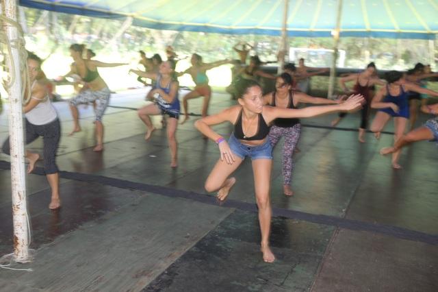 Camylla participou em duas oficinas de dança afro por dia, nível intermidiaria, durante a semana do acampamento.