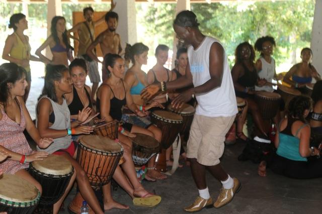 Évany também recebeu orientação privilegiada do mestre de percussão, sendo a participante mais nova no Stage Camp latino-americano, África Raíz.