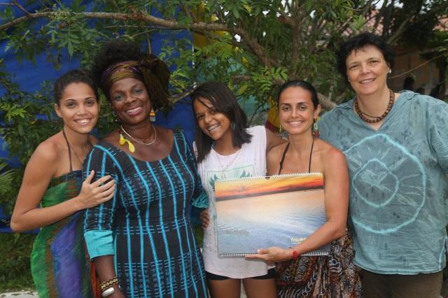 Camylla, Évany e Mamo se retratam com Assetou e sua produtora, Kika, depois de entregar um calendário e convidar a mestra de dança afro participar no Festival de Verão em julho de 2016.