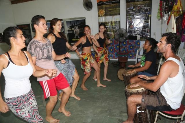 AfroMundi e educadora popular Lucina Melo (Unifesspa) encerram uma oficina com Simone Fortes dançando ao ritmo de Tambores da Liberdade, puxado por Erik Dijkstra de Coletivo Abayomi.