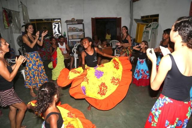 AfroMundi Mirim aprende dança afro-brasileira com Simone Fortes.