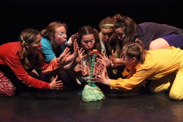 Alunos do Canadá apresentam teatro infantil em defesa do meio ambiente em Lima. Vão colaborar no gestão do festival em novembro.