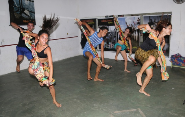 Camylla Alves, Ananais Fernandes, João Paulo Souza e Lorena Melissa (AfroMundi), e Luciana Melo (Unifesspa) aprendem danças africanas tradicionais e afro-Brasilieras com Simone Fortes (dir) de Abayome Coletivo.