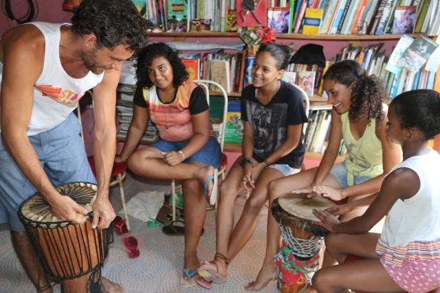 Eliza Neves e Évany Valente (Tambores da Liberdade), Alanys Soares (Folhas da Vida) e Bianca Alves (AfroMundi Mirim) participam numa oficina sobre afinação do Djembe com Erik Dijkstra