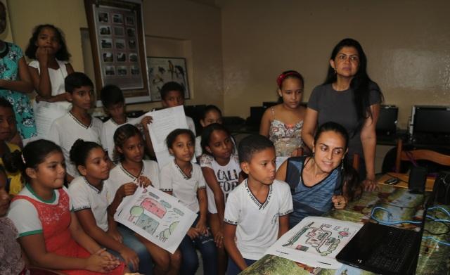 Manoela Souza e Professora Laudelina participam com alunos do Municipal no dialogo com Guatamala (Marabá).