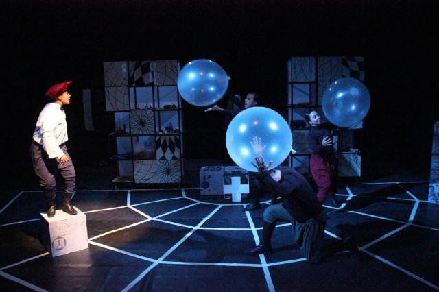 Nuestra Gente apresenta Galileo de Bertold Brecht, destacando a arte da ciência e jovens mulheres como protagonistas do futuro (Lima).