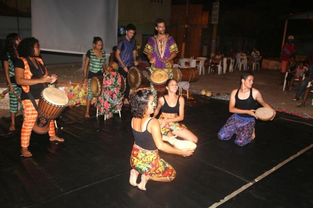 Artistas de AfroMundi, Tambores de Liberdade, Folhas da Vida e Rabetas Vídeos apresentam raízes de Cabelo Seco na pracinha.