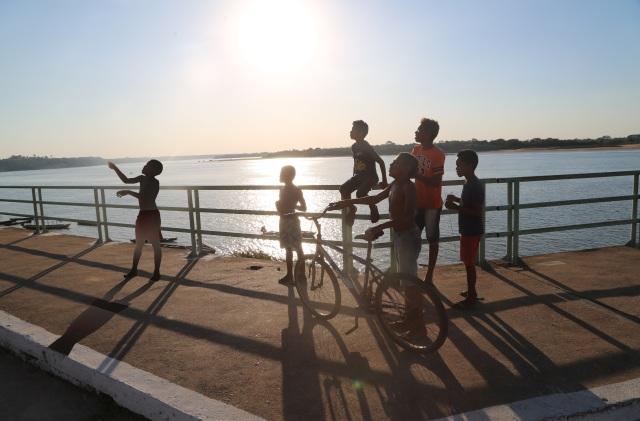 Crianças na Orla do Rio Tocantins admiram um sensibilidade ambiental intuitiva no Festival da Pipa 2016 que será ampliada em ação mundial em novembro de 2016.