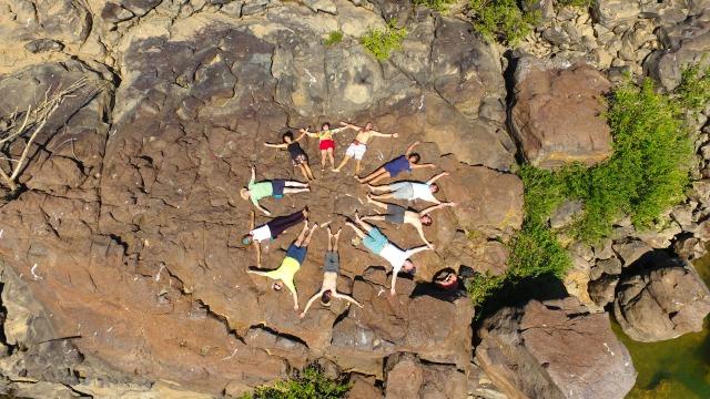 A Rede Brasileira de Arteducadores escreve uma mandala 'círculo de proteção' no Pedral do Lourenção.