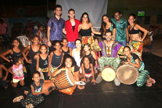 Erik Dijkstra e Simone Fortes do Coletivo Abayome celebram uma noite de dança-percussão afro com artistas de AfroMundi, AfroMundi Mirim, Tambores da Liberdade, Rabetas Vídeos, Folhas da Vida e a Universidade Federal do Sul e Sudeste do Pará.