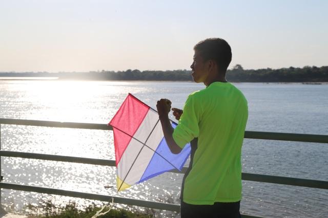 Finalmente, Camilo solta sua pipa. Filho do Rio Tocantins, ele sabe como ler o vento e a água. Ele não vai deixar o rio morrer.