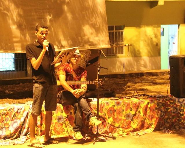 Rafael Varão da rede Rios de Encontro recita o poema 'Consciência Negra', acompanhado por Javier di Mar-y-Abá da AESSPA.