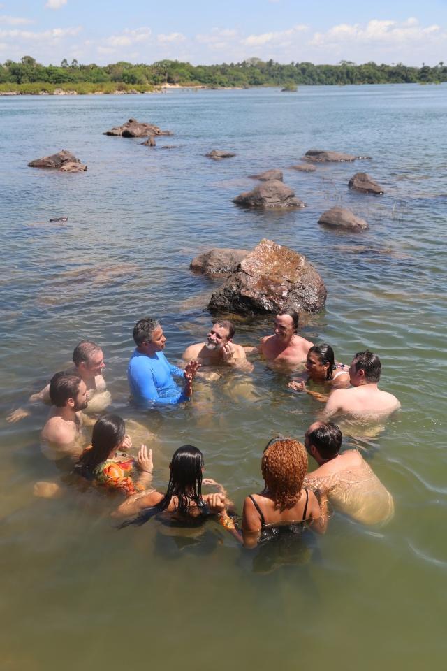 Ulisses Pompeu conta a história do Pedral de Lourenção a gestores do Rios de Encontro, ABRA e Unifesspa numa 'roda fluvial' no Rio Tocantins.