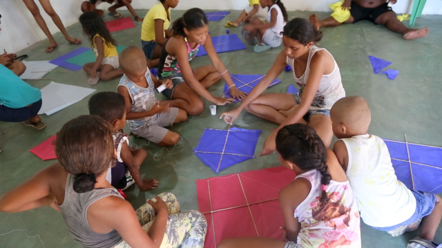 Uma das oficinas de criação coordenada de Alanes Soares da biblioteca Folhas da Vida que integram cooperação, respeito pelo outro, troca de histórias e criação de comunidade, no Festival de Pipa 2016.