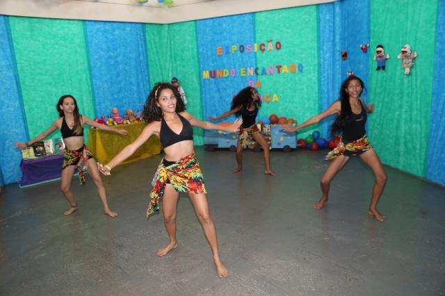 Camylla Alves, Lorena Melissa, Emily Neves e Katrine Alves de Cia AfroMundi dançam coreografia de Guine Bissau na Casa de Cultura.