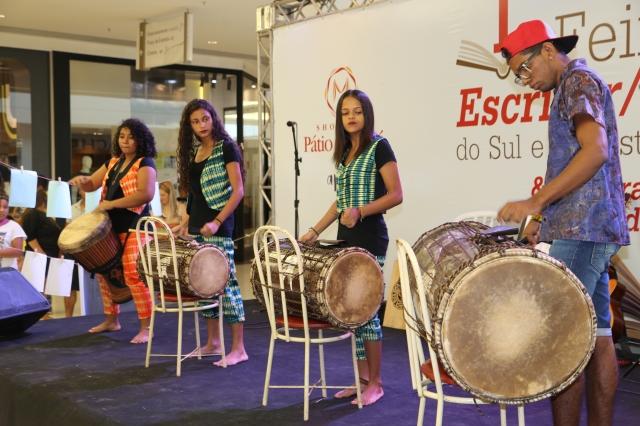 Elisa Neves, Alanes Soares, Évany Valente e Reris Mendes tocam os Tambores de Liberdade.
