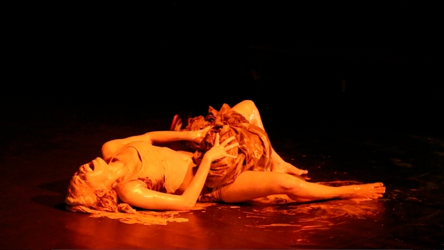 AfroMundi dramatiza temas como poluição do Rio Doce e questões de aquecimento global no espetáculo 'Nascente em Chamas' no Teatro Waldemar Henrique em Belém na semana passada.