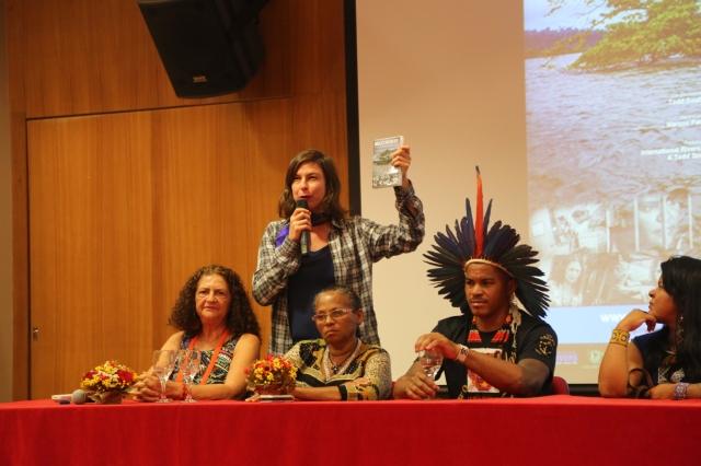 Atriz Maria Paula apresenta lideranças do movimento Xingu Vivo e dos povos indígenas da região destruída pela hidrelétrica Belo Monte no final da apresentação do filme 'Depois das Inundações'.