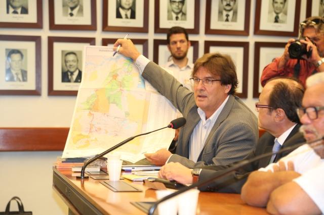 Brent Millikan, Diretor da ONG International Rivers que co-promoveu o Seminário, dimensiona a escala da ameaça à Amazônia durante os debates no Congresso.