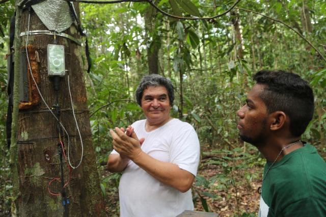 Cientista mundial Professor Lola explica à jovem video-maker e percussionista, Rerivaldo Mendes, como arvores respiram, criando as chuvas para irrigar o mundo, para popularizar pesquisa e contribuir a debates inclusivos.