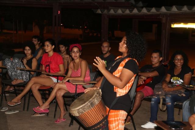 Elisa (19 anos) ministra uma oficina de percussão africana para a coordenação estudantil do Movimento Ocupa Unifesspa contra a PEC 55.