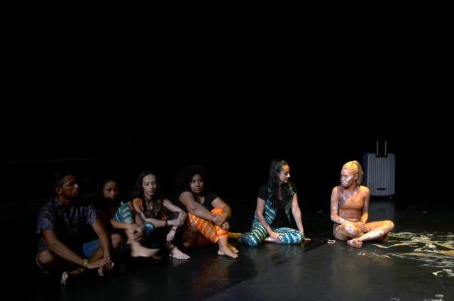 Jovens arteducadores encerram a noite de dança contemporânea e ritmos de raiz com o lançamento do movimento eco-cultural 'Rios de Criatividade', tema do 2016 Festival Beleza Amazônica.