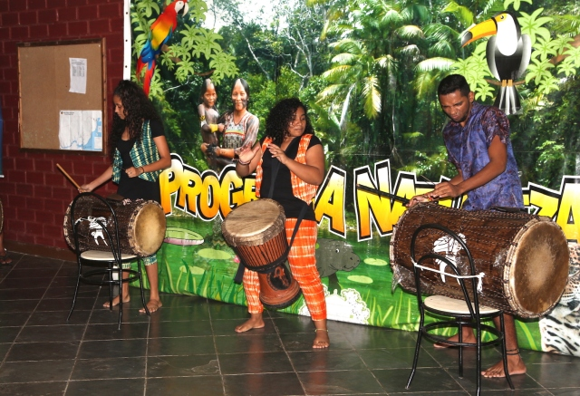 Alanes Soares, Elisa Neves e Rerivaldo Mendes tocam tambores da liberdade no novo espetáculo 'Margens Vitais' na noite cultural da Olimpíada de Ciência na Floresta.