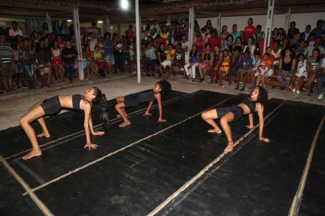 Camylla Alves, coordenadora da Escola AfroMundi, vem formando uma nova companhia de dança juvenil, a segunda geração do Rios de Encontro, que apresentou a coreografia 'Beleza Invisível'.