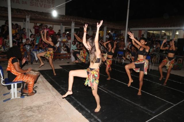 AfroMundi e Tambores da Liberdade apresentam 'Margens Vitais' num teatro escolar lotado.
