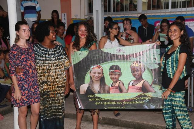 Alanes apresenta o cartaz de sua escola que ela desenhou com Rerivaldo Mendes de Rabetas Vídeos Coletivo.