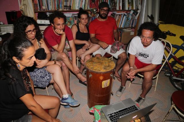 A companhia de teatro assista vídeos de Rabetos Vídeos Coletivo sobre Maria Silva na Casinha de Cultura.