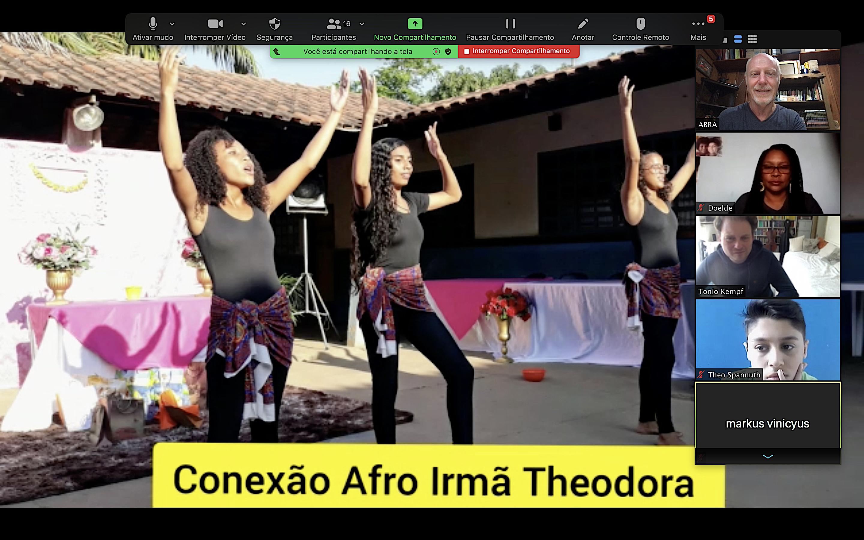 Foto 2 Alunas do projeto Conexão Afro apresentam sua cultura para alunos de Hamburgo, Alemanha num diálogo sobre a defesa da Amazônia.